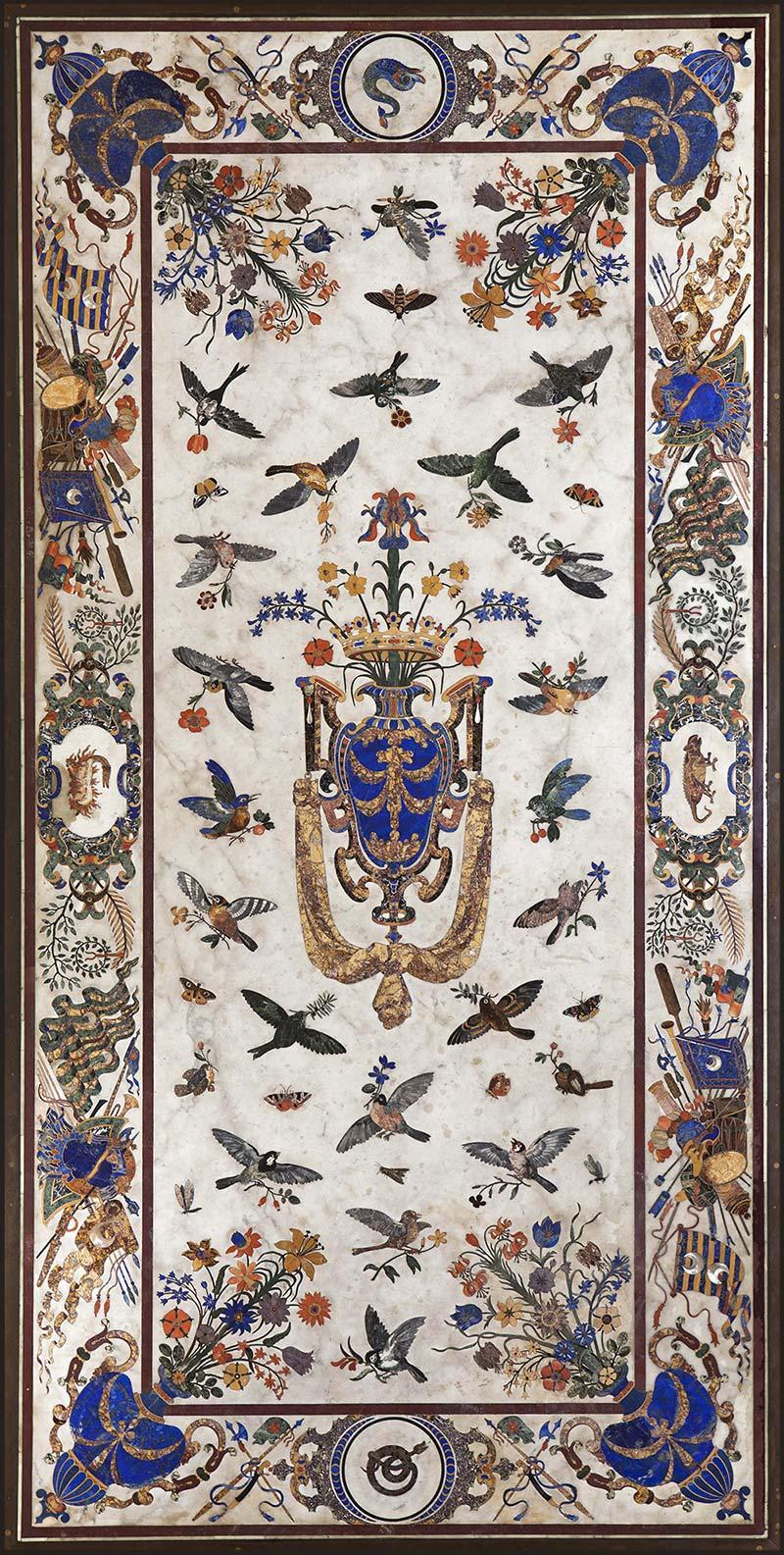 Grande table des Orsini, bronze et marbre de Carrare orné de gemmes variées : lapis—lazuli, marbres antiques, jaspes, agates, albâtres, nacre… ©MNHN/B. Faye